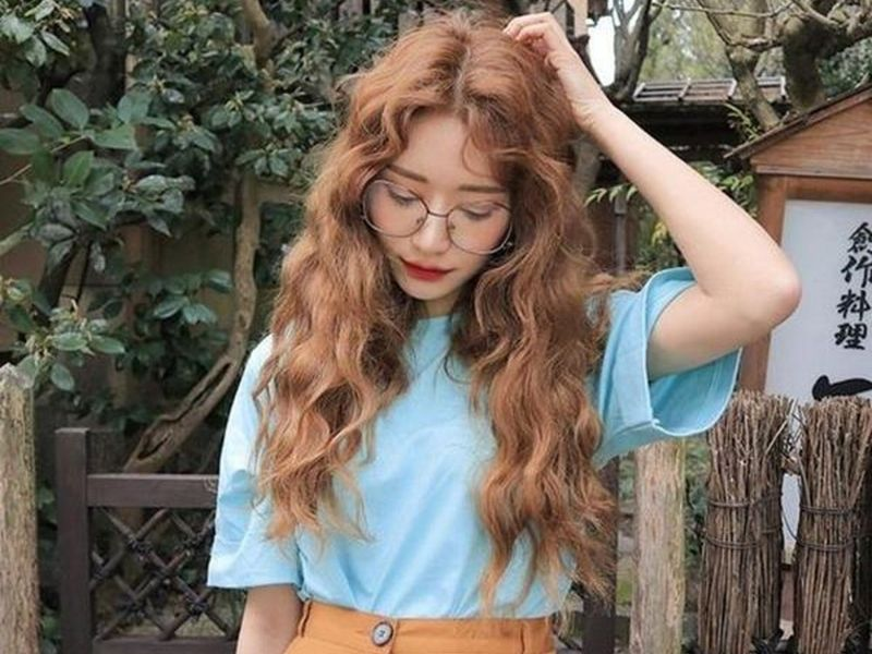 Mẫu tóc không mái xoăn xù theo style Hàn Quốc