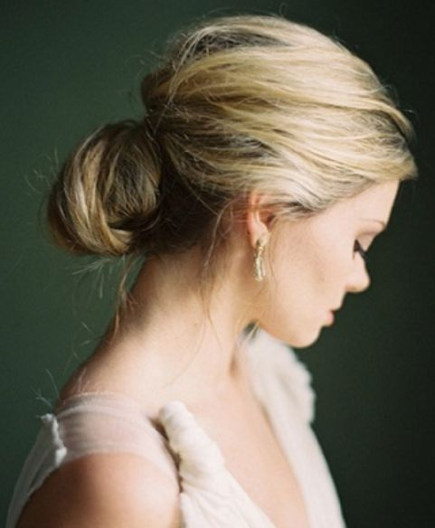 Kiểu tóc búi kết hợp với màu vàng hoe