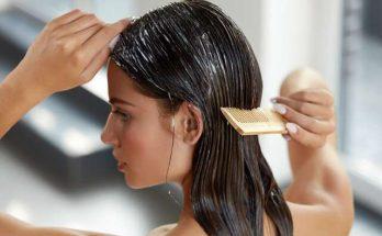 Dùng lược chải đều tóc để ngấm thuốc và thẳng tự nhiên.