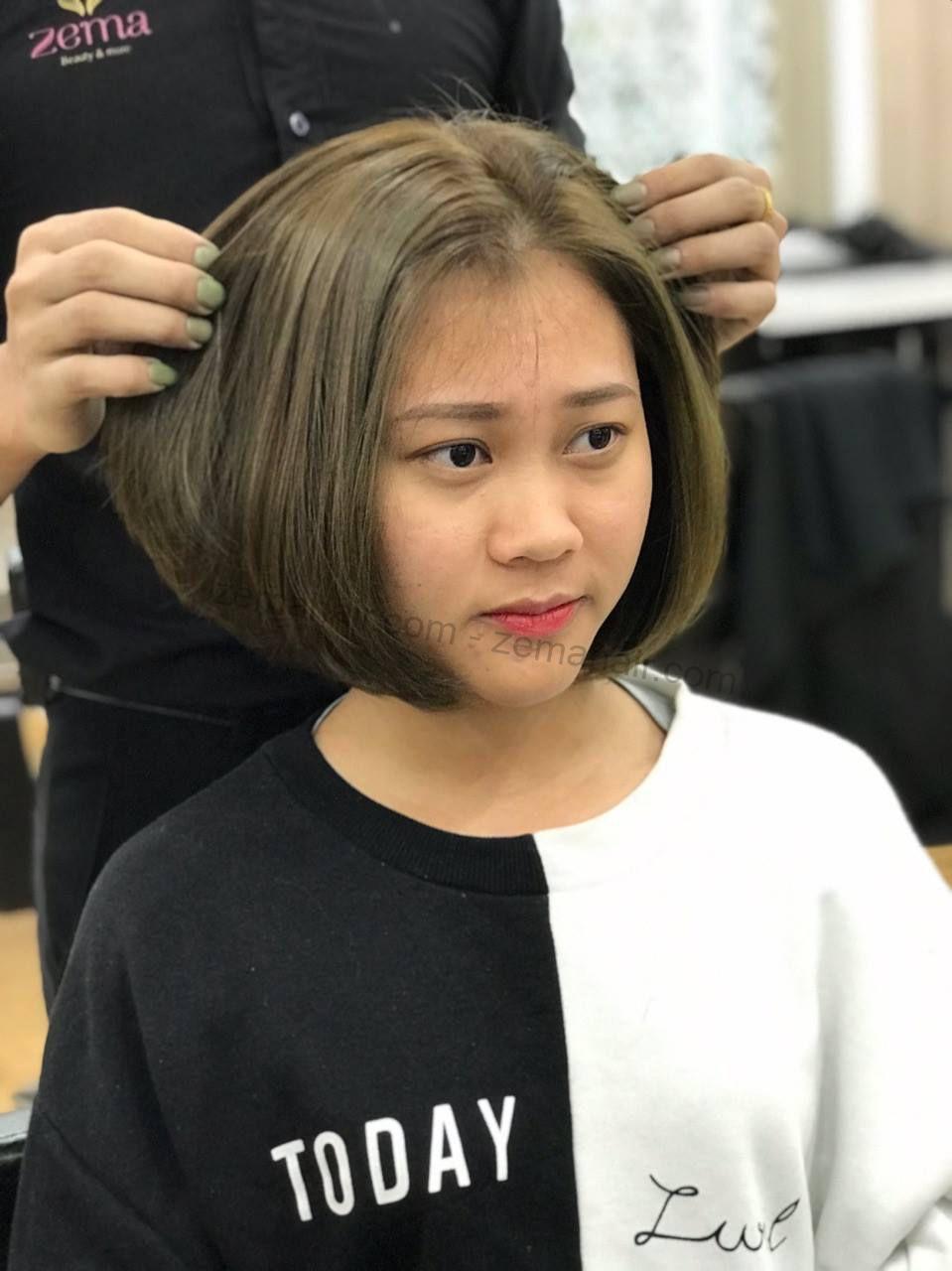 Kĩ thuật viên chuyên nghiệp tạo mẫu tóc cho cô nàng thêm xinh