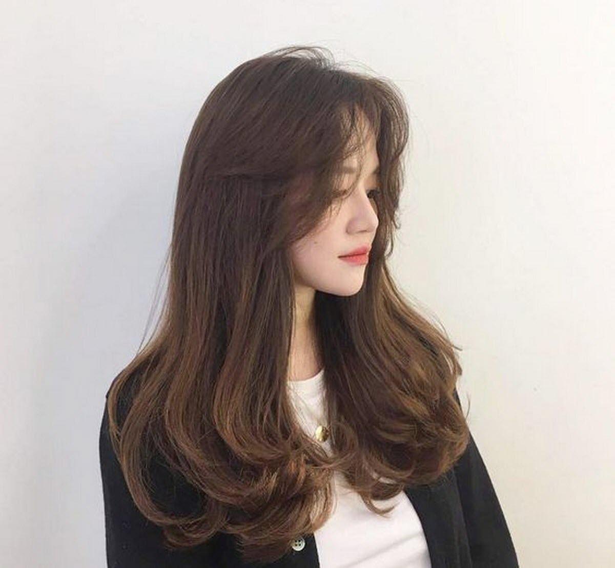 Kiểu tóc duỗi phần đuôi trông sắc sảo và quyến rũ được nhiều chị em chọn lựa