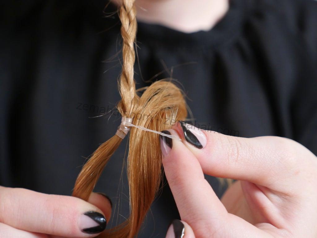 Dùng chun nhỏ cố định đuôi tóc