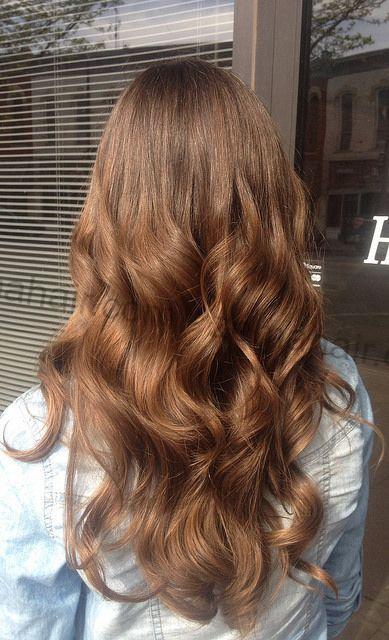 Kiểu tóc dài xoăn đuôi lọn to đẹp kèm màu nhuộm tươi sáng