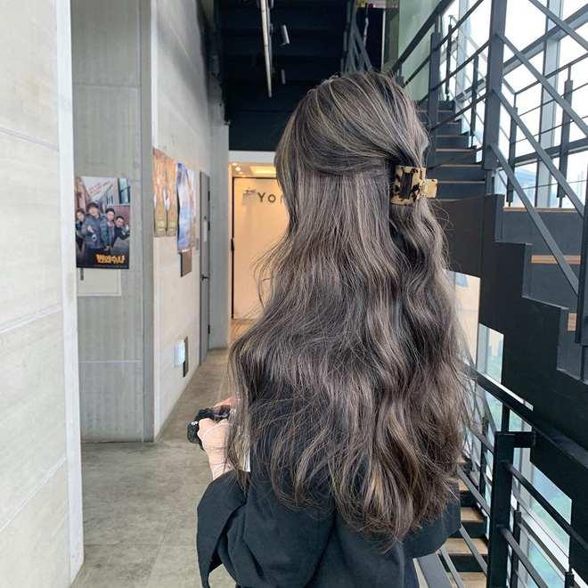 Tóc dài xoăn sóng nước cho nàng.