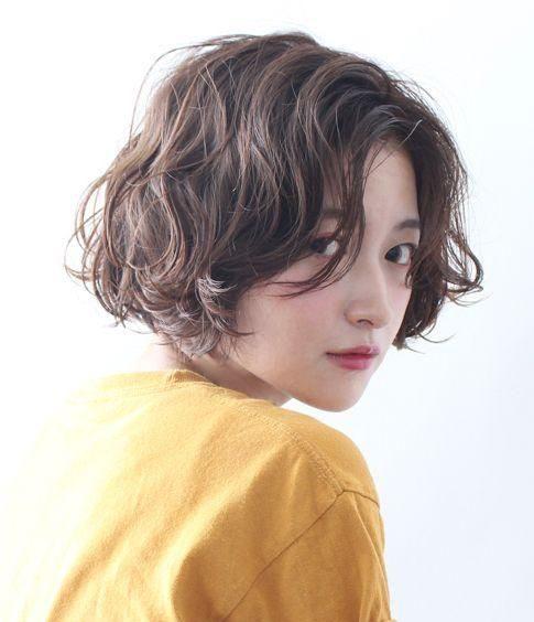 Với mái tóc bob ngắn kết hợp gợn sóng cá tính như không kém phần quyến rũ