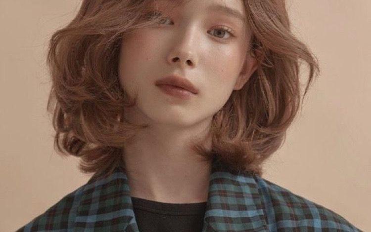 Kiểu tóc ngắn gợn sóng tầng tự nhiên hiện đại cho cô nàng thêm xinh