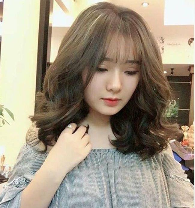 Vẻ ngoài thêm xinh với kiểu tóc ngang vai chữ c uốn bồng bềnh được nhiều chị em ưa chuộng