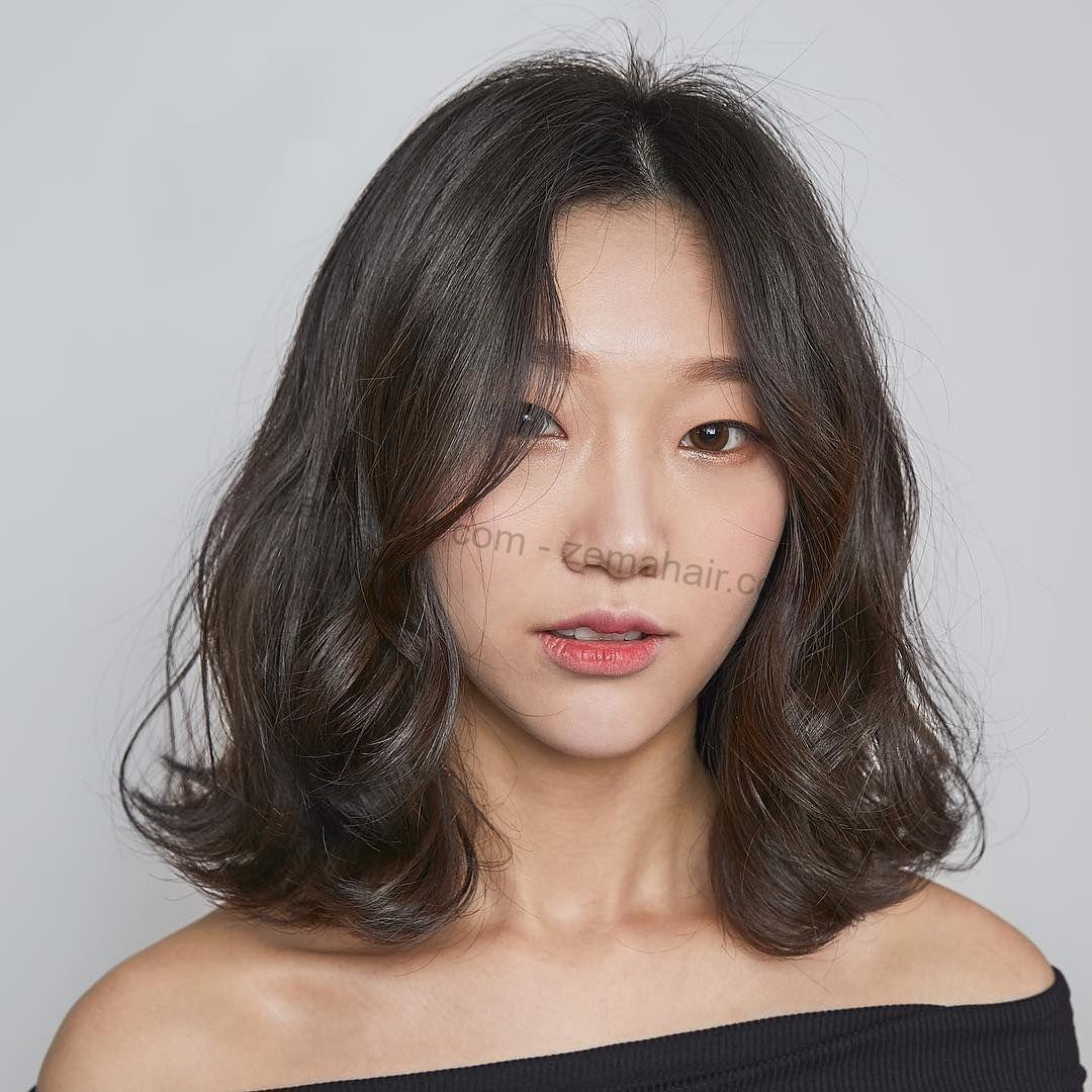 Tóc uốn rối tăng thêm phần sắc sảo hơn cho khuôn mặt