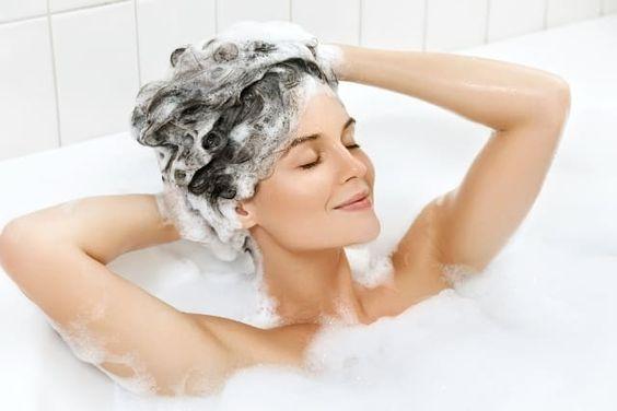 Tránh gội đầu mỗi ngày để chăm sóc tóc khô xơ hiệu quả hơn