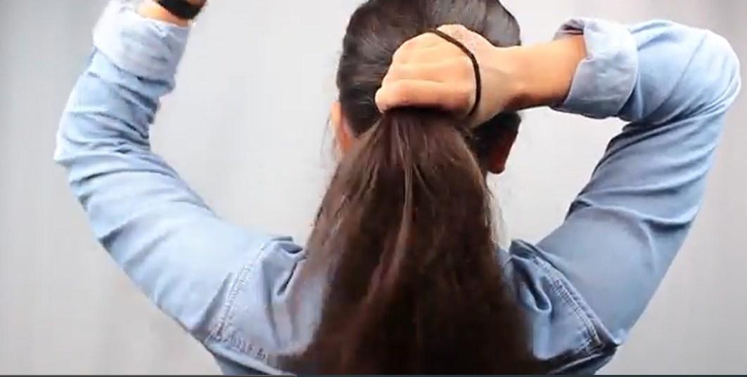 Gom hết phần tóc lại cho gọn gàng.