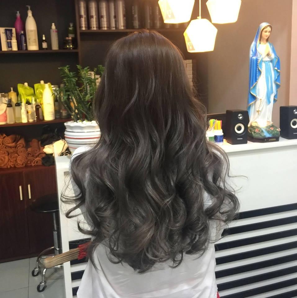 Tóc dài xoăn sóng nước kết hợp màu nhuộm sáng