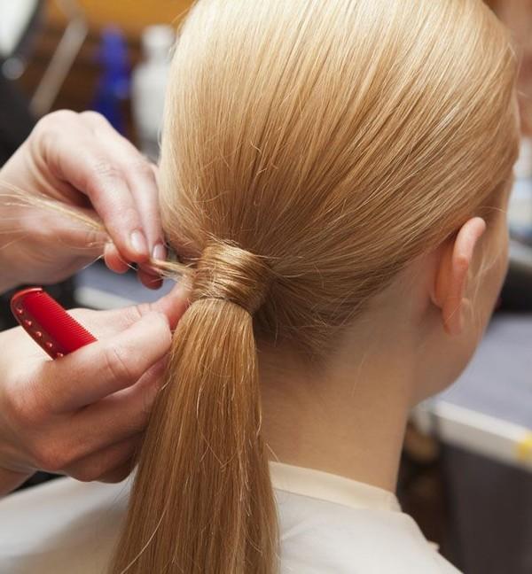 Dùng ghim giữ cố định phần tóc để tránh lộ dây buộc tóc.