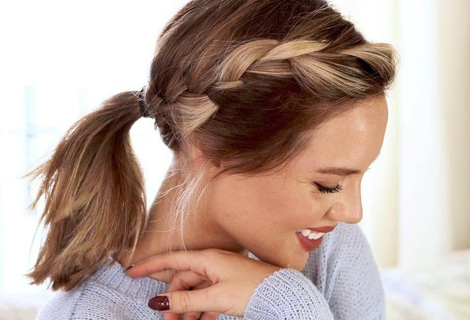 Buộc tóc đuôi ngựa phá cách với sự kết hợp của bím tóc.