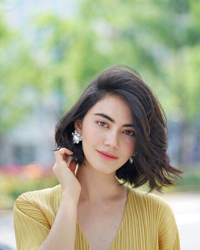 Sự lựa chọn hoàn hảo cho cô nàng quyến rũ với kiểu tóc xoăn nhẹ mái lệch.