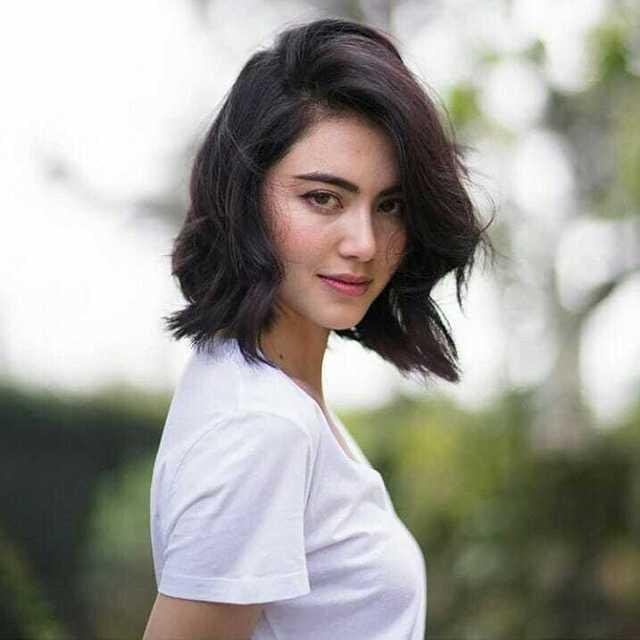 Thêm phần sang trọng cho phái nữ khi tạo kiểu tóc xoăn mái lệch.