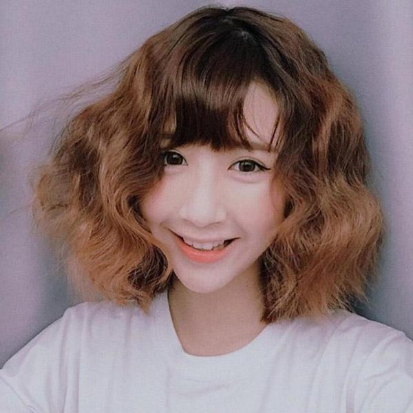 Kiểu tóc xoăn ngắn uốn phồng được giới trẻ yêu thích.