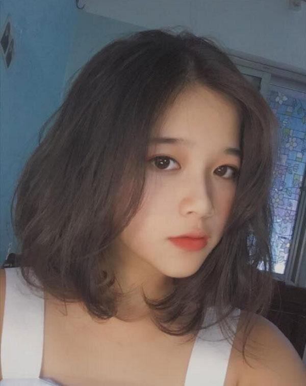Kiểu tóc ngắn xoăn lơi phù hợp với cô nàng.
