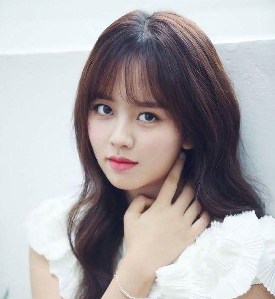 Nàng Kim So Huyn sao Hàn cũng diện tóc xoăn sóng nước nữ tính này.