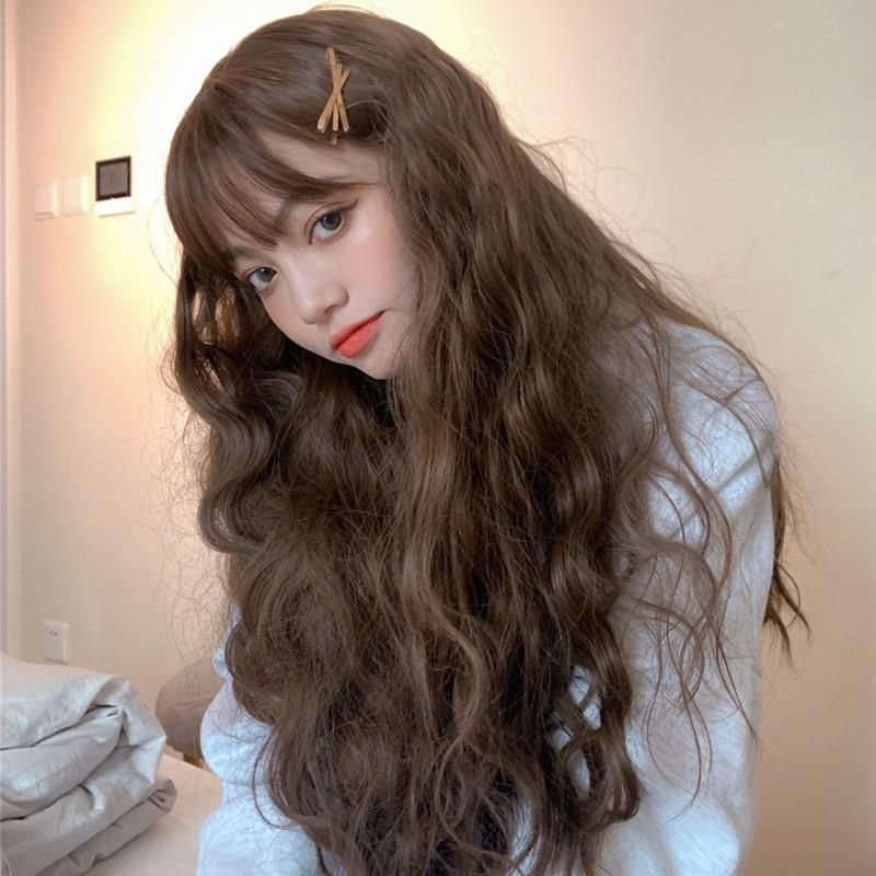 Mẫu tóc xoăn sóng nước xù kết hợp với mái thưa mang lại sự quyến rũ và trẻ trung.