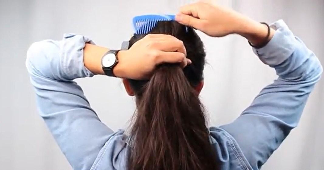 Tiếp tục chải tóc cho đến khi suôn mượt.