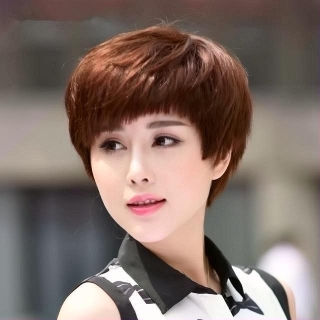 Kiểu tóc tém mái bằng thích hợp với những cô nàng sở hữu khuôn mặt thon gọn.