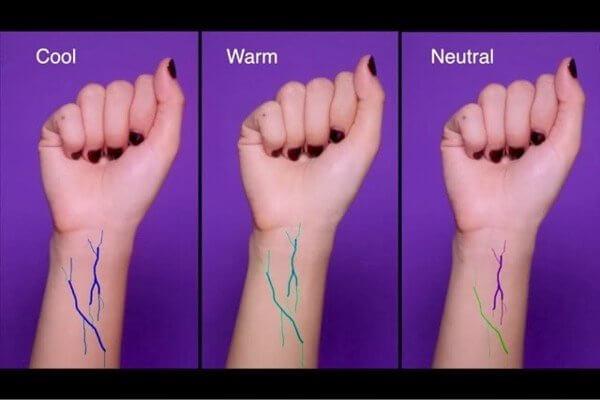 Xem mạch máu ở cổ tay nhận biết được tông da