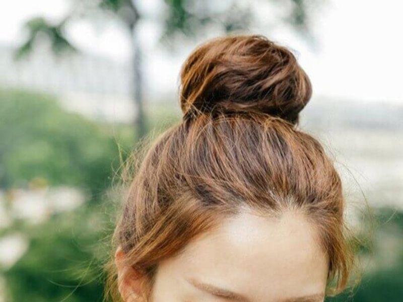 Tóc búi củ tỏi là kiểu tóc dễ làm cho nữ tóc ngắn.