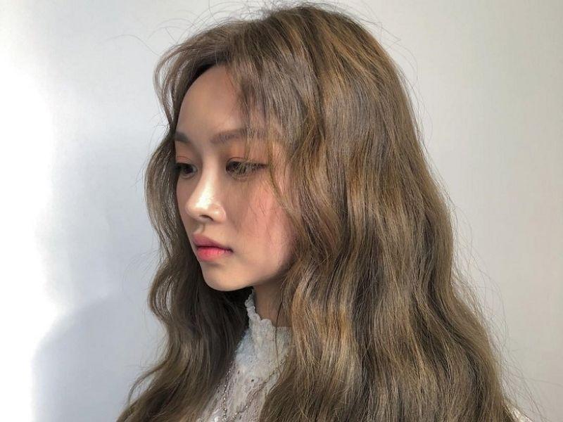 Ánh vàng trên tóc màu nâu đen