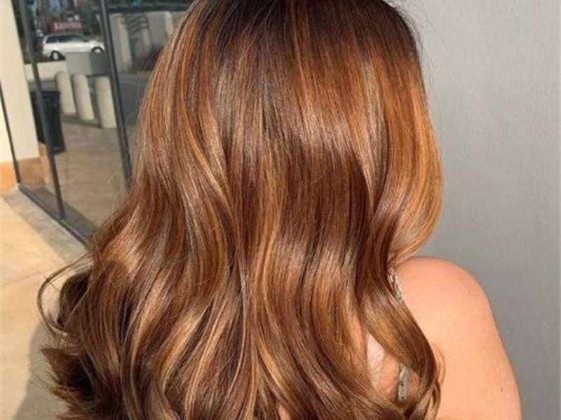 Mái tóc nâu sáng đặc biệt đầy sự lôi cuốn