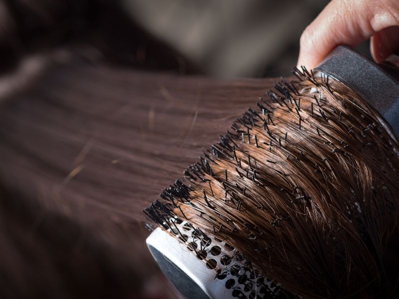 Sấy từng lọn tóc để tóc cụp đều