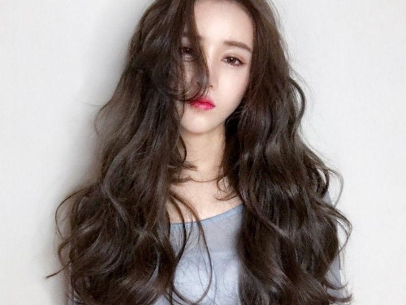 Mái tóc dài uốn sóng nhỏ bồng bềnh nữ tính