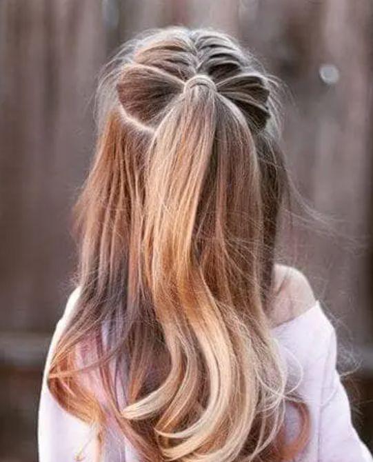 Bím tóc buộc đuôi ngựa nửa đầu.