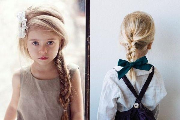 Thắt bím tóc một bên kèm theo một chiếc nơ xinh xắn.