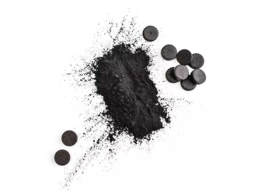 Dùng than hoạt tính làm dầu gội khô.