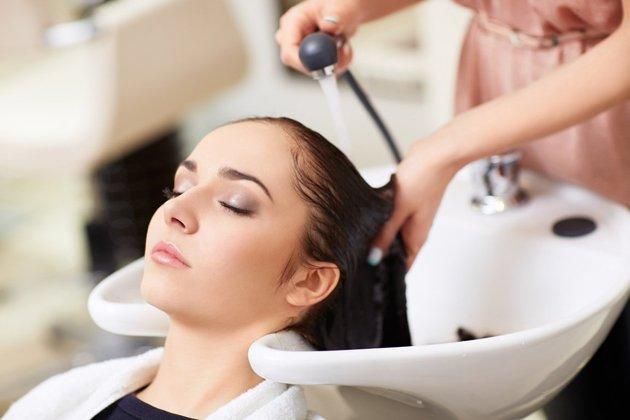 Không gội đầu ngay sau khi nhuộm tóc tránh các lớp biểu bì trên da đầu mở ra dễ bị phai màu nhanh