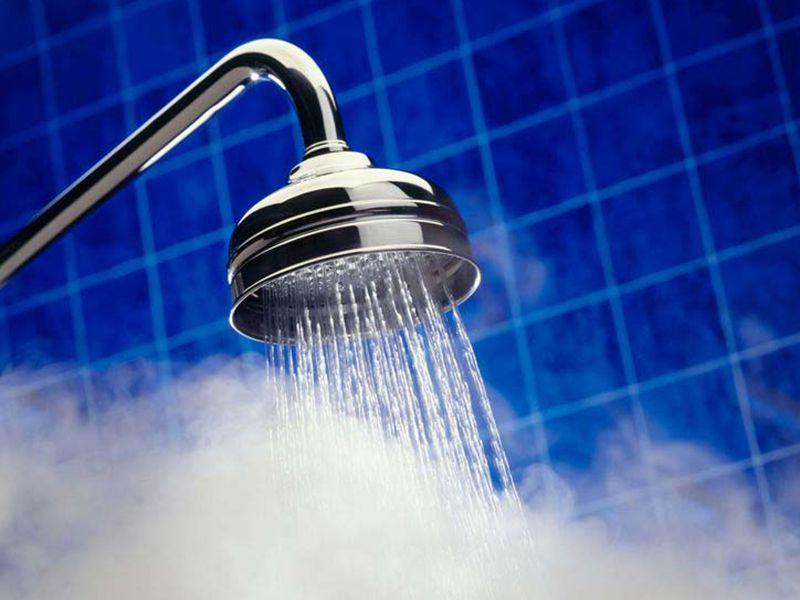 Nước nóng vô cùng có hại trong việc chăm sóc tóc vì sẽ khiến màu tóc sẽ bị phai đi nhanh chóng