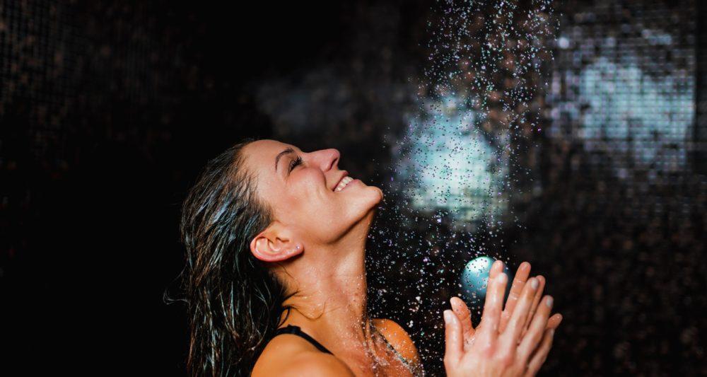 Sử dụng nước ấm để gội đầu.