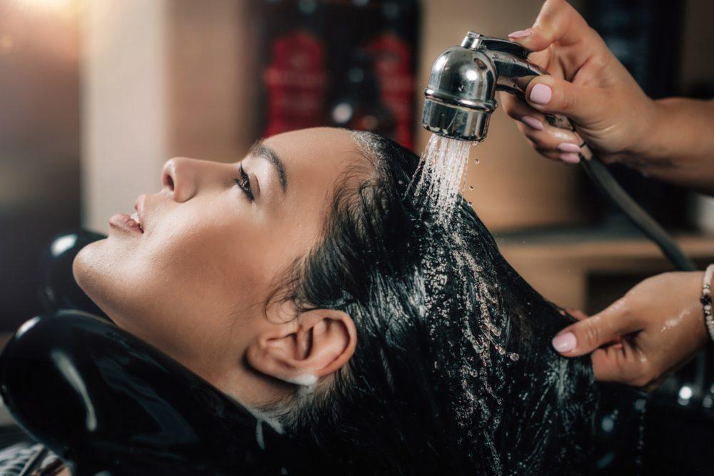 Rửa sạch tóc bằng nước lạnh.