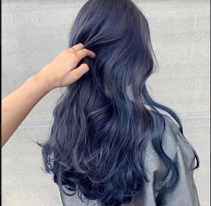 Mẫu tóc màu nâu lạnh ánh xanh dương.