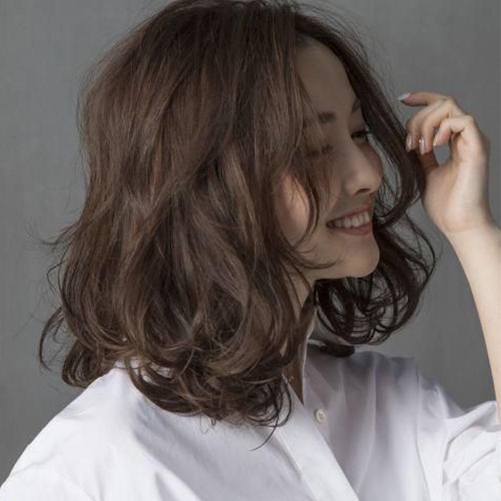 Cô nàng trẻ trung và đáng yêu trong kiểu tóc uốn xoăn đuôi