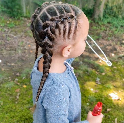 Kiểu tóc thắt bím hai bên cho trẻ vui chơi.