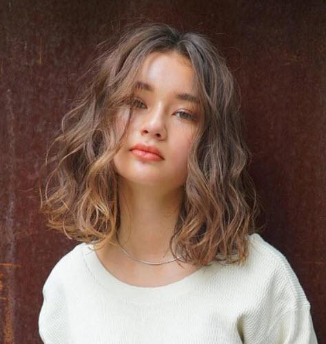 Năng động và trẻ trung với kiểu tóc gợn sóng
