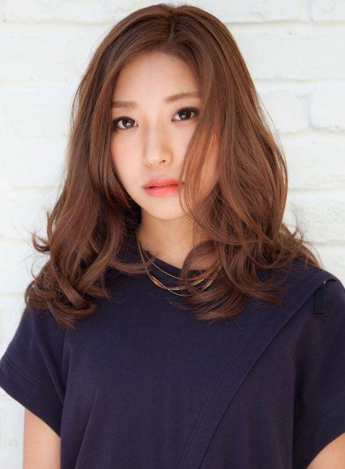 Kiểu tóc ngang vai uốn đuôi mái dài giúp nàng trông trở nên nhẹ nhàng và đáng yêu