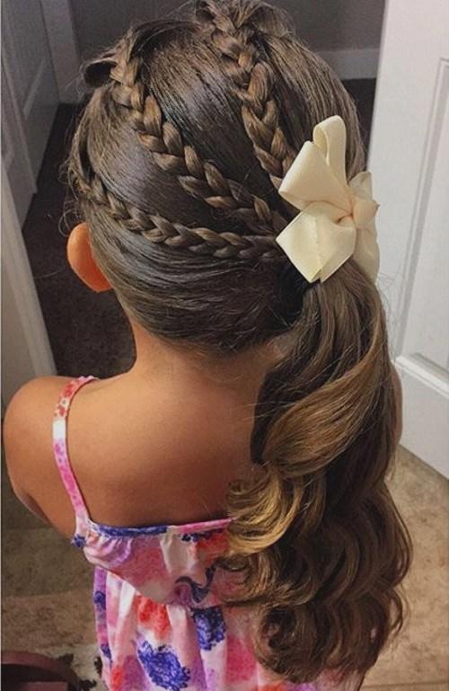 Kiểu tóc lệch đuôi gà này luôn dễ thương với các bé gái.