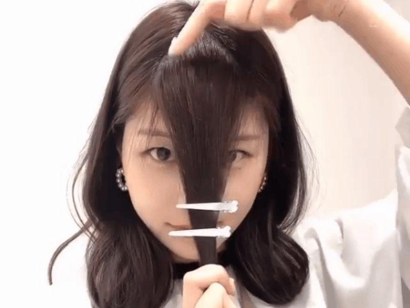 Kẹp mỏ vịt kẹp song song để cố định tóc và dễ nhắm đường cắt tóc