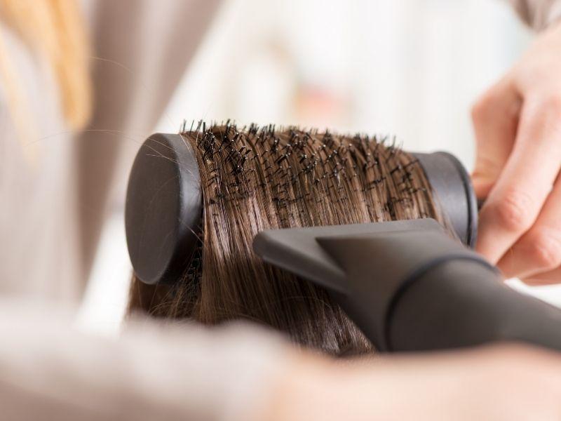 Đặt máy sấy sát tóc khi sấy sẽ gây hại cho tóc