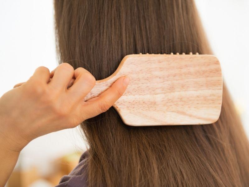 Chải tóc trước gội sẽ giúp tóc không bị rối xù sau gội