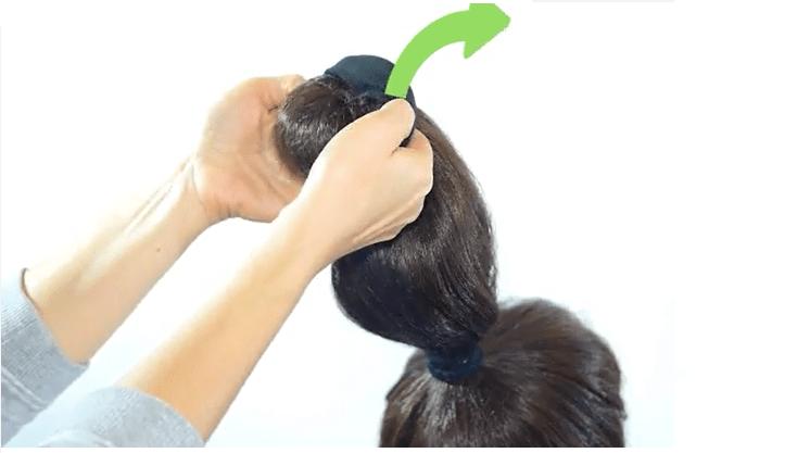 Cuộn đều tóc vào vớ để tạo kiểu tóc gợn sóng