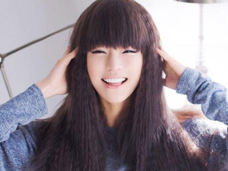 Cô giá đang cười với tóc dài