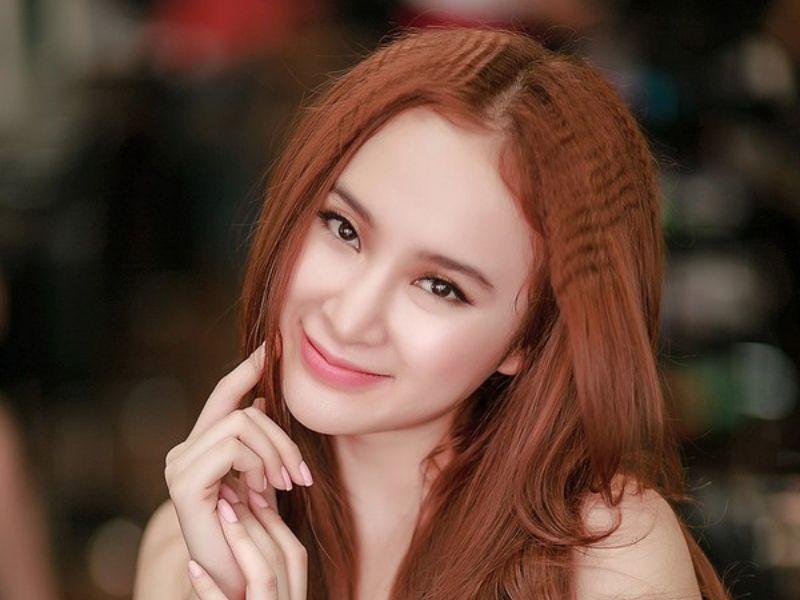 Hình cô gái đang mỉn cười với tóc nhuộm vàng
